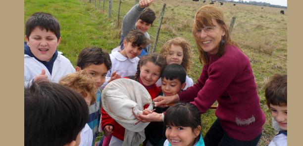 Enseñando el cuidado de la naturaleza con insectos benéficos en escuela primaria de Brandsen