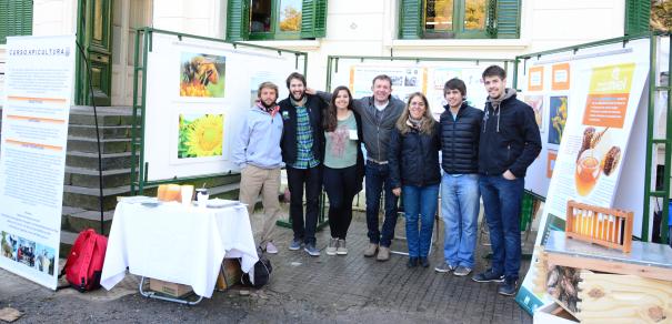 Docentes y estudiantes de nuestra Facultad difundieron los beneficios de la Miel