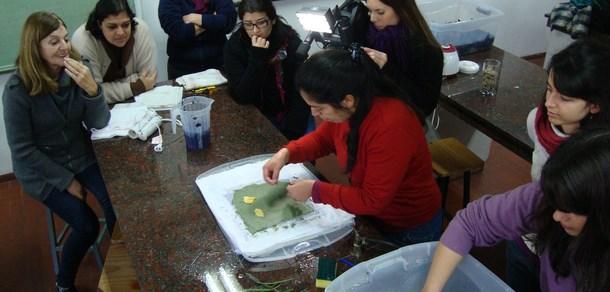 Elaborando papel artesanal en la Facultad