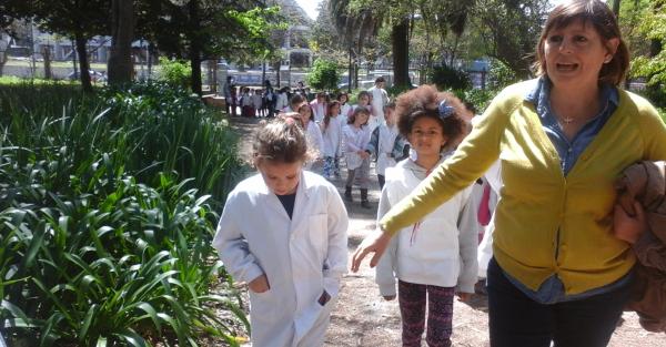 Niños en el Jardín Botánico y Arboretum de la Facultad