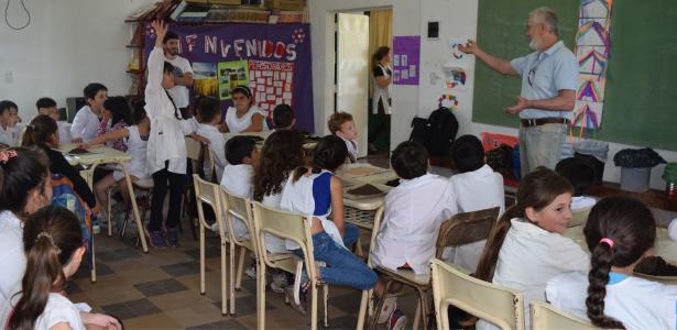 Estudiantes de escuelas primarias conocen sobre la producción de lombricompuesto.